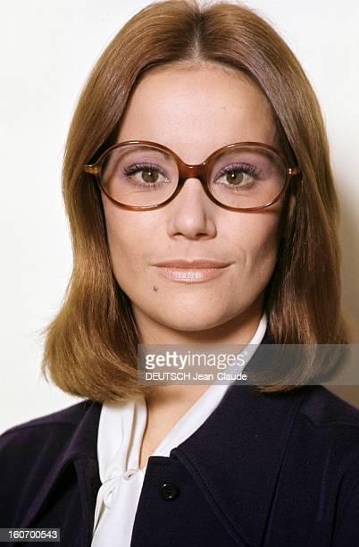 Claudine Auger Poses In Studio En novembre 1971 l'actrice Claudine AUGER pose en studio portant une paire de lunettes vêtue d'une veste bleu marine