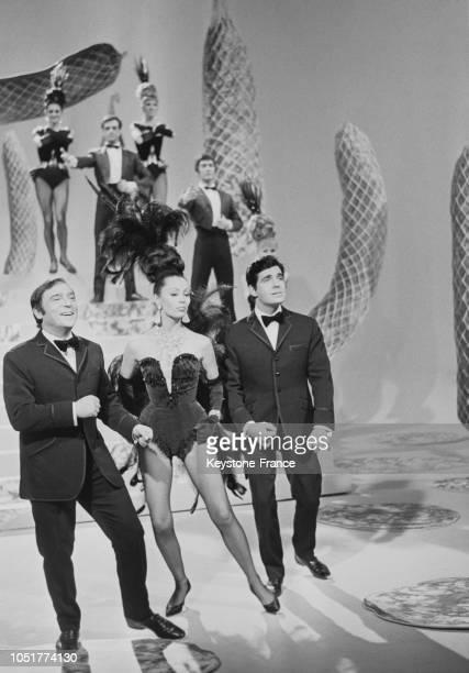 Claudine Coster et ses deux chevaliers Roger Pierre et JeanMarc Thibault lors de l'enregistrement d'un show télévisé à Paris France le 4 avril 1967