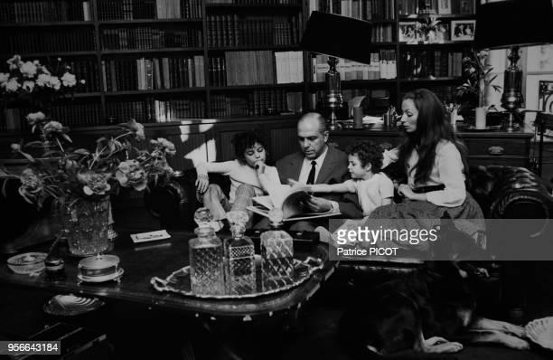 Claudine Coster son mari Robet Manuel et leurs enfants Marie et JeanBaptiste chez eux à Paris le 9 juin 1970 France