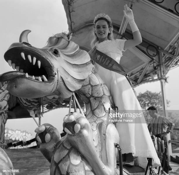 Claudine Wallez vient d'être sacrée Miss Esmeralda 1969 à la foire du trône à Paris en France le 21 mai 1969