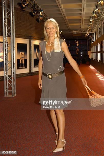 Claudine Wilde, Filmfest München, UFA-Party, , Sommerkleid, Ganzkörper, Handtasche, Kette, Halskette, Schmuck, P.-Nr.: 829/2005, Schauspielerin,...