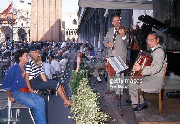Claudine Wilde Helmut de Berger Touristen neben den Dreharbeiten zur PRO 7 Serie Glückliche Reise Folge 13 Italien Venedig Italien Markusplatz Cafe...