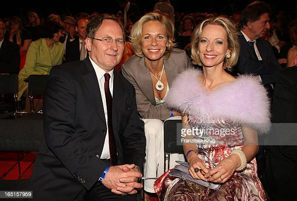 Claudine Wilde Mit Mareike Carriere Und Freund Gerd Klement Beim Studio Hamburg Nachwuchspreis 2009 In Hamburg