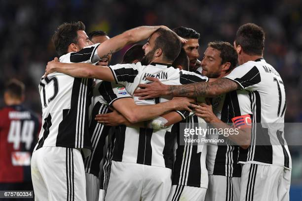 Claudio Marchisio of Juventus FC celebrates the opening goal with team mates during the Serie A match between Juventus FC and Genoa CFC at Juventus...