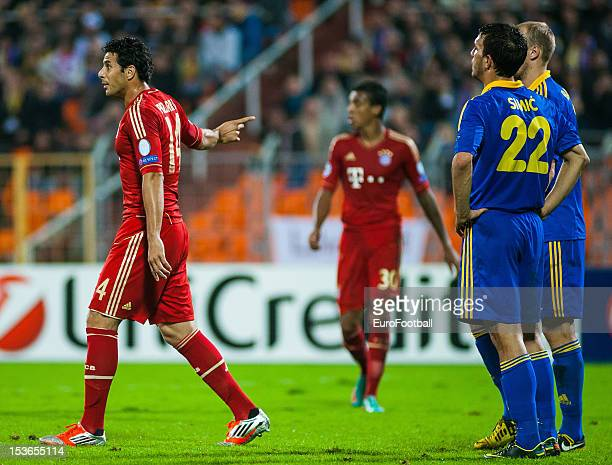 Claudio Pizarro of FC Bayern Muenchen and Marko Simic of FC BATE Borisov look on during the UEFA Champions League group stage match between FC Bayern...