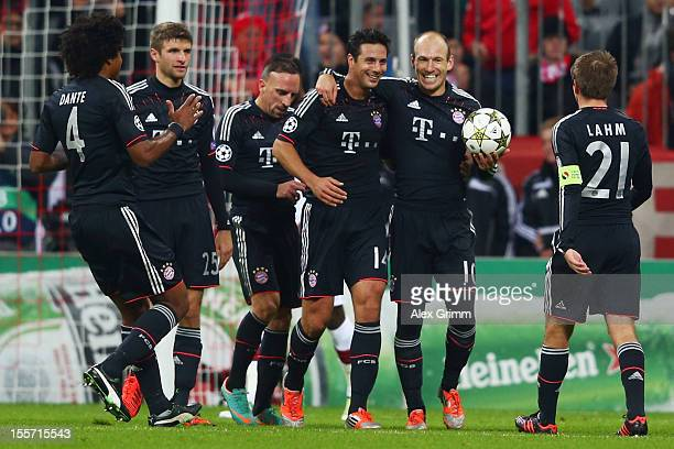 Claudio Pizarro of Muenchen celebrates his team's fifth goal with team mates Dante, Thomas Mueller, Franck Ribery, Arjen Robben and Philipp Lahm...