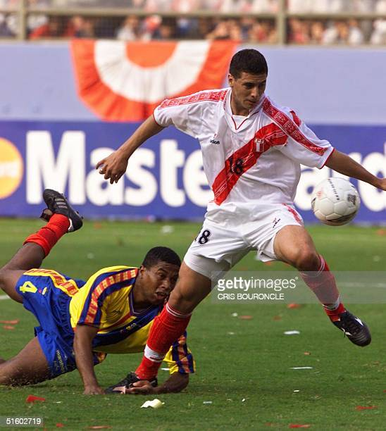 Claudio Pizarro of Peru esacpaes with the ball from Ecuador's Ulises de la Cruz during their KoreaJapan 2002 World Cup qualifying match 02 June 2001...