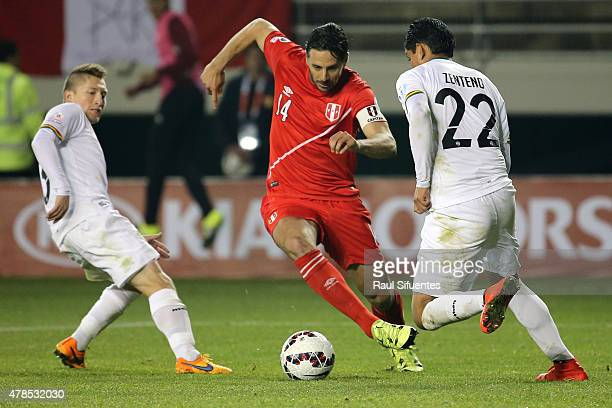 Claudio Pizarro of Peru fights for the ball with Alejandro Chumacero and Edward Zenteno of Bolivia during the 2015 Copa America Chile quarter final...