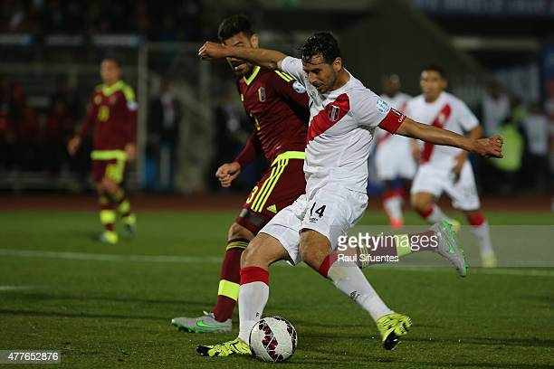 Claudio Pizarro of Peru shoots to score the opening goal during the 2015 Copa America Chile Group C match between Peru and Venezuela at Elías...