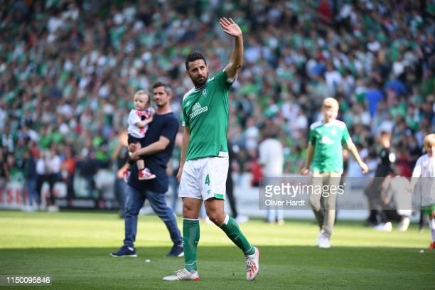 Claudio Pizarro of Werder Bremen applauds the fans after the Bundesliga match between SV Werder Bremen and RB Leipzig at Weserstadion on May 18, 2019...