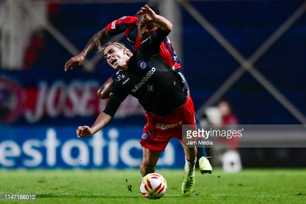 Claudio Spinelli of Argentinos Juniors and Andres Renteria of San Lorenzo fight for the ball during a round of sixteen second leg match between San...