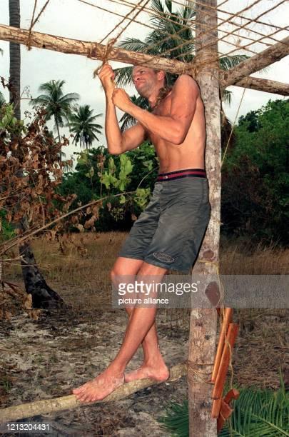 """Claudio, Teilnehmer der SAT.1-Abenteuer-Show """"Das Inselduell"""", beim Bau eines Sonnenschutzes am 3.6.2000 auf der malayischen Insel Simbang. Die..."""