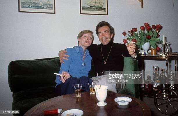 Claus Biederstaedt Ehefrau Barbara Homestory Berlin Deutschland Europa Wohnzimmer Couch Sofa umarmen Zigarette rauchen Raucher Schauspieler Regisseur...