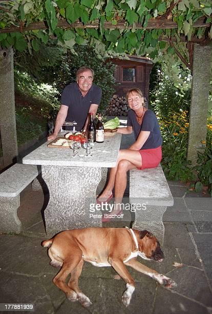 Claus Biederstaedt Ehefrau Dr Barbara Boxerhund Max Homestory Ferienvilla in Lago Maggiore Schweiz Europa Urlaub Tier Hund Ehemann Schauspieler MW/TP