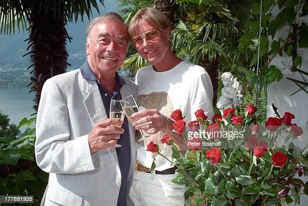 Claus Biederstaedt Ehefrau Dr Barbara Homestory Ferienvilla in Lago Maggiore Schweiz Europa Urlaub Rosen Blumen Sekt anstoßen Ehemann Schauspieler...