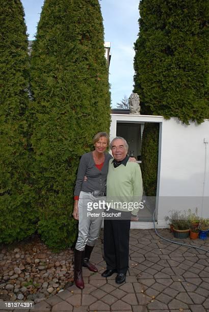 Claus Biederstaedt Ehefrau Dr Barbara Homestory kleines Dorf bei Fürstenfeldbrück Oberbayern Bayern Deutschland Europa Garten Tanne Schauspieler CP