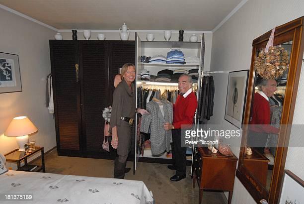 Claus Biederstaedt Ehefrau Dr Barbara Homestory kleines Dorf bei Fürstenfeldbrück Oberbayern Bayern Deutschland Europa Schlafzimmer Kleiderschrank...