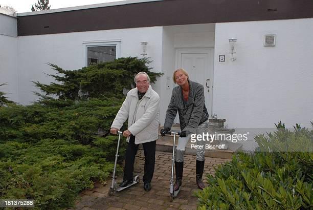 Claus Biederstaedt Ehefrau Dr Barbara Homestory kleines Dorf bei Fürstenfeldbrück Oberbayern Bayern Deutschland Europa Haus Cityroller lachen...