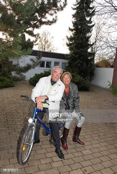 Claus Biederstaedt Ehefrau Dr Barbara Homestory kleines Dorf bei Fürstenfeldbrück Oberbayern Bayern Deutschland Europa Haus Fahrrad Haus Schauspieler...