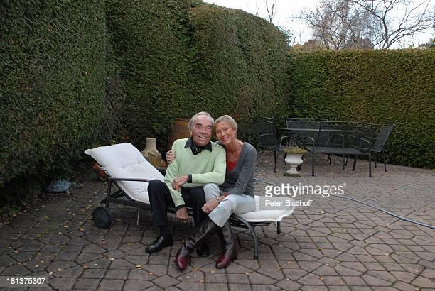 Claus Biederstaedt Ehefrau Dr Barbara Homestory kleines Dorf bei Fürstenfeldbrück Oberbayern Bayern Deutschland Europa Garten Liegestuhl Schauspieler...