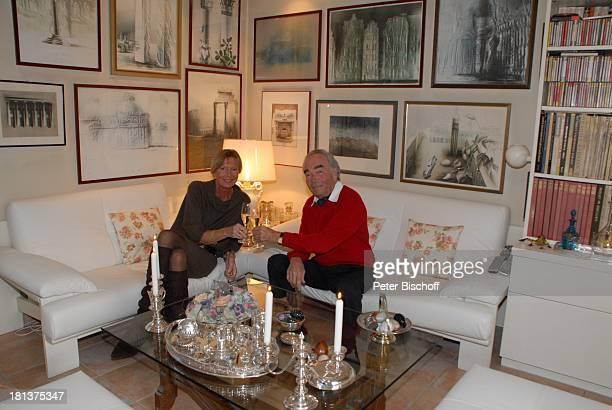 Claus Biederstaedt Ehefrau Dr Barbara Homestory kleines Dorf bei Fürstenfeldbrück Oberbayern Bayern Deutschland Europa Gemälde Wohnzimmer Sekt...