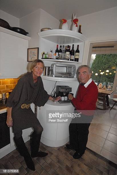 Claus Biederstaedt Ehefrau Dr Barbara Homestory kleines Dorf bei Fürstenfeldbrück Oberbayern Bayern Deutschland Europa Wohnzimmer Kaffeeautomat...