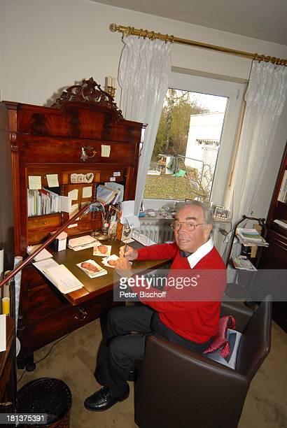 Claus Biederstaedt Ehefrau Dr Barbara Homestory kleines Dorf bei Fürstenfeldbrück Oberbayern Bayern Deutschland Europa Schreibtisch Büro Schauspieler...