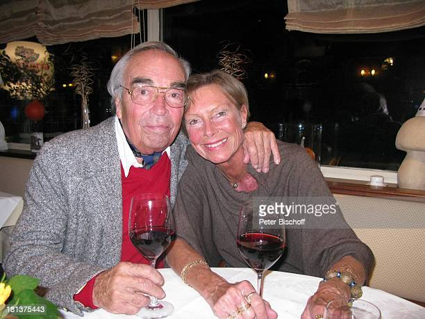 Claus Biederstaedt Ehefrau Dr Barbara italienisches Restaurant Trattoria Stivale Gröbenzell Bayern Deutschland Europa Tisch Wein Weingläser...