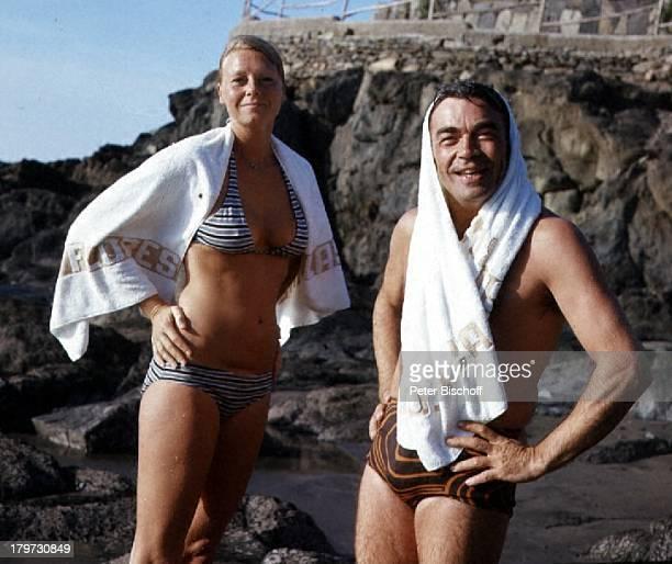 Claus Biederstaedt mit Ehefrau BarbaraCran Canaria/Spanien Urlaub StrandBikini Badehose