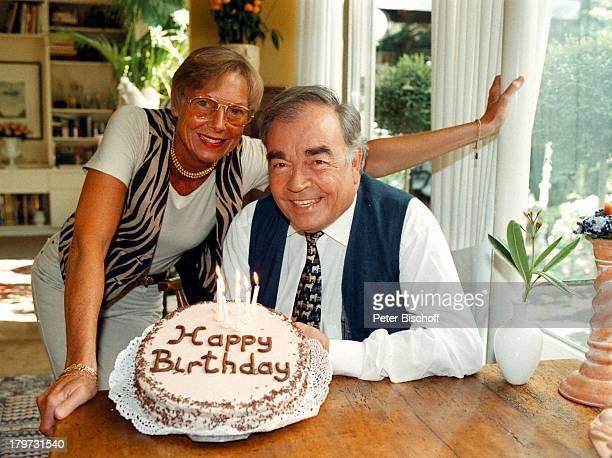 Claus Biederstaedt mit Ehefrau BarbaraGeburtstagstorte Kerzen Torte
