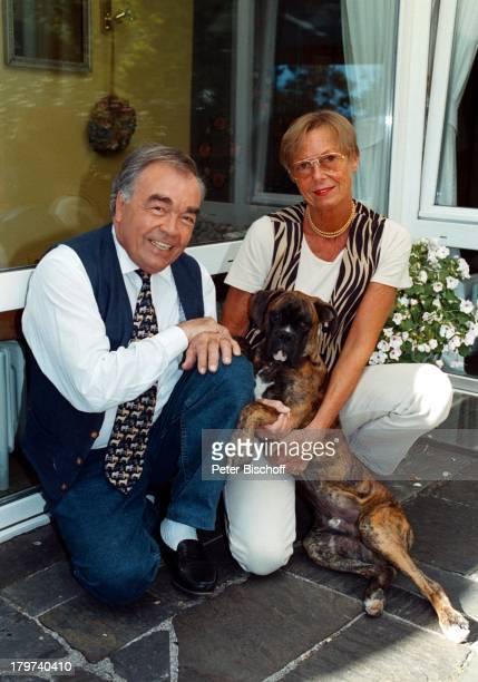 Claus Biederstaedt mit Ehefrau Dr Barbara und Boxer Max Wohnung Eichenau/München Tier Hund Brille Promis Prominente Prominenter