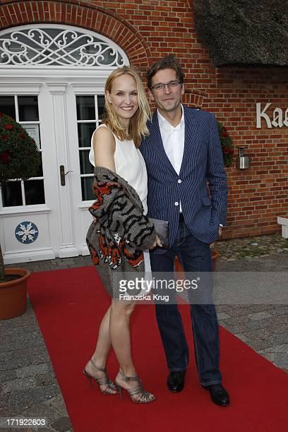 Claus Strunz Und Ehefrau Anne MeyerMinnemann Beim Traditionellen Krebsessen Bei Manfred Baumann In Kaamp Hüs In Kampen Auf Sylt