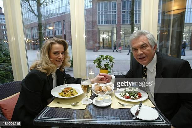Claus Wilcke Ehefrau Janine Amann 1 Hochzeitstag Hamburg Hotel Steigenberger Restaurant essen speisen Speise Glas Getränk Hand halten