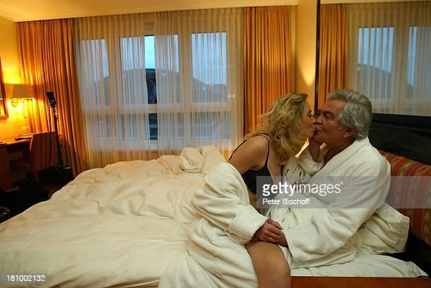 Claus Wilcke Ehefrau Janine Amann 1 Hochzeitstag Hamburg Hotel Steigenberger Bett Bademantel Morgenmantel sexy BH Büstenhalter Kuss küssen