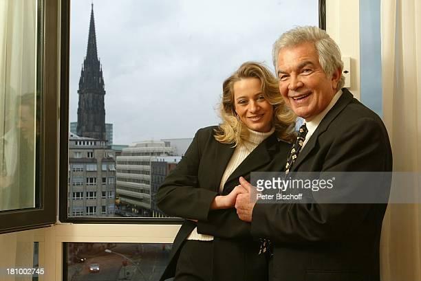 Claus Wilcke Ehefrau Janine Amann 1 Hochzeitstag Hamburg Hotel Steigenberger Fenster Hand in Hand Hand halten