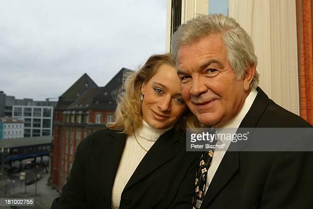 Claus Wilcke Ehefrau Janine Amann 1 Hochzeitstag Hamburg Hotel Steigenberger Fenster umarmen Umarmung