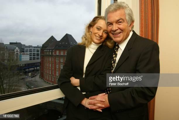 Claus Wilcke Ehefrau Janine Amann 1 Hochzeitstag Hamburg Hotel Steigenberger Fenster Hand in Hand Hand halten umarmen Umarmung