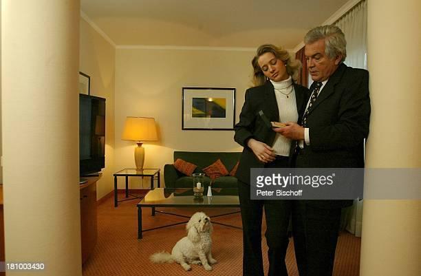 Claus Wilcke Ehefrau Janine Amann 1 Hochzeitstag Hamburg Hotel Steigenberger Geschenk Hund BichonFrise Rüde Coco Tier goldenes Feuerzeug