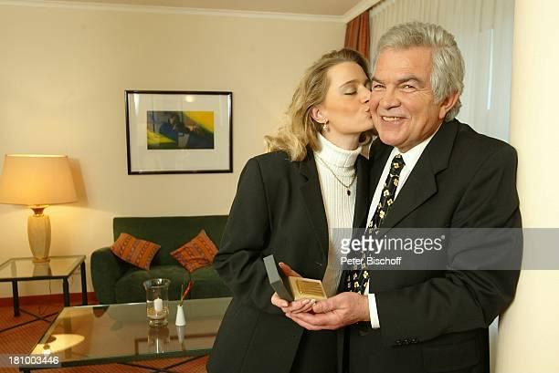 Claus Wilcke Ehefrau Janine Amann 1 Hochzeitstag Hamburg Hotel Steigenberger Geschenk goldenes Feuerzeug Kuss küssen
