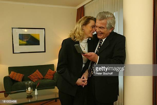 Claus Wilcke Ehefrau Janine Amann 1 Hochzeitstag Hamburg Hotel Steigenberger Geschenk goldenes Feuerzeug