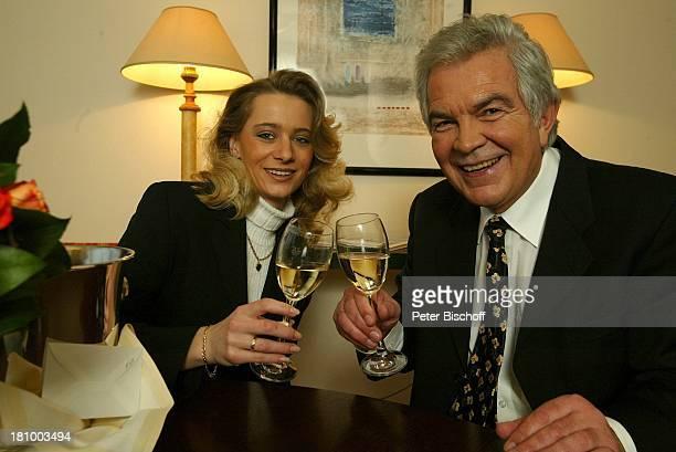 Claus Wilcke Ehefrau Janine Amann 1 Hochzeitstag Hamburg Hotel Steigenberger Glas Getränk