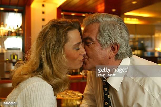 Claus Wilcke Ehefrau Janine Amann 1 Hochzeitstag Hamburg Hotel Steigenberger Bar zärtlich Zärtlichkeit Kuss küssen
