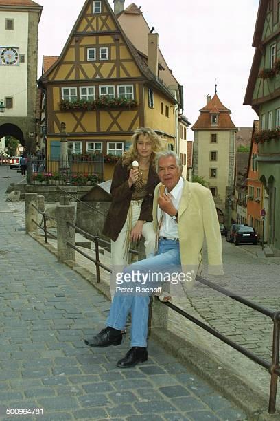 Claus Wilcke, Ehefrau Janine Amann, Rothenburg ob der Tauber, , Schauspieler, Eis, Eiscreme, essen, Waffel Promi, P.-Nr.: 764/2004, HS; Foto:...