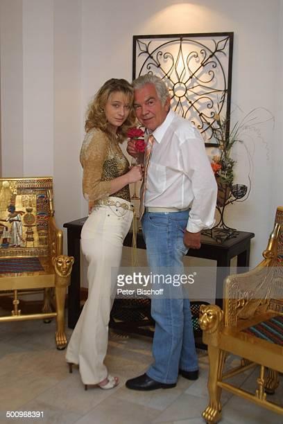 Claus Wilcke Ehefrau Janine Amann Rothenburg ob der Tauber GesundheitsZentrum Vitalis WellnessHotel Schauspieler Rose Blume Blüte Promi PNr 764/2004...