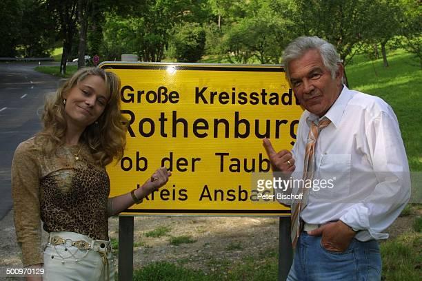 Claus Wilcke Ehefrau Janine Amann Rothenburg ob der Tauber Schauspieler Ortsschild Schild Promi PNr 764/2004 HS Foto PBischoff/CD Veröffentlichung...