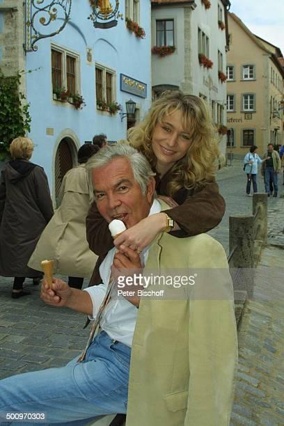 Claus Wilcke Ehefrau Janine Amann Rothenburg ob der Tauber Schauspieler Eis Eiscreme essen Waffel Promi PNr 764/2004 HS Foto PBischoff/CD...