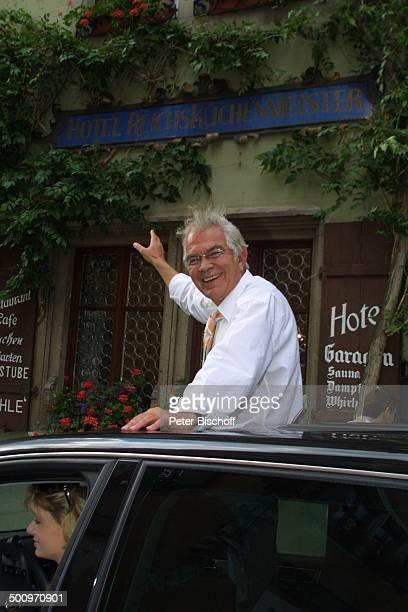 Claus Wilcke Ehefrau Janine Amann Rothenburg ob der Tauber vor Hotel Reichsküchenmeister Volkswagen Touareg Auto Automobil VW Schauspieler Promi PNr...