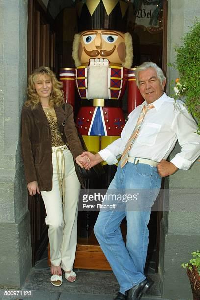 """Claus Wilcke, Ehefrau Janine Amann, Rothenburg ob der Tauber, , """"Weihnachtsdorf von Käthe Wohlfahrt"""" , Schauspieler, Geschenkartikel, weihnachtlich,..."""