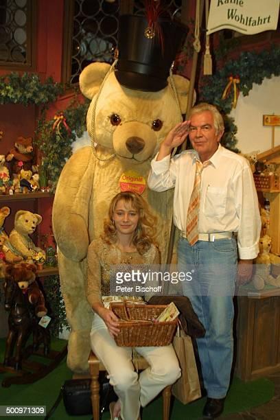 Claus Wilcke Ehefrau Janine Amann Rothenburg ob der Tauber Weihnachtsdorf von Käthe Wohlfahrt Schauspieler Geschenkartikel weihnachtlich Weihnachten...
