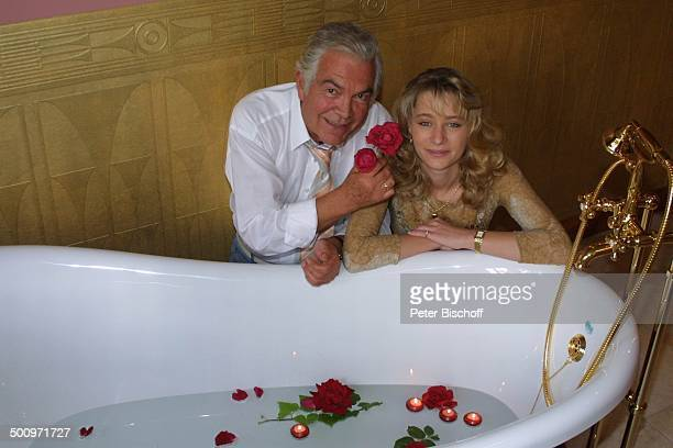 """Claus Wilcke, Ehefrau Janine Amann, Rothenburg ob der Tauber, , Gesundheits-Zentrum: """"Vitalis"""", Wellness-Hotel, Schauspieler, Rose, Blume, Blüte,..."""